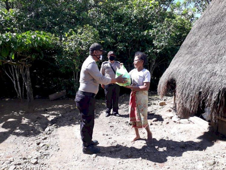 Swadaya Bersama,  Personil Polsek Mollo Utara Salurkan Bansos  Kepada Warga