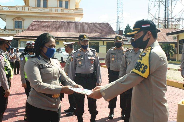 Bhayangkari Cabang TTS Peduli,  Berikan Masker dan Suplemen Untuk  Personil Polri