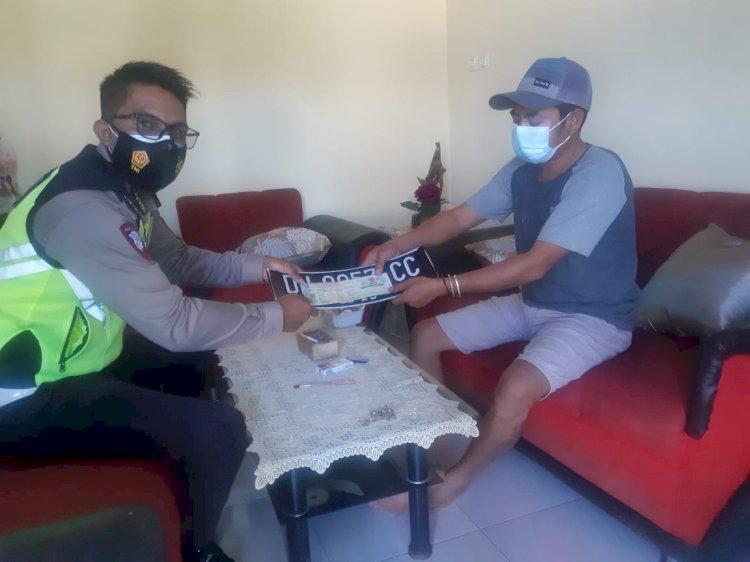 Samsat Go To Home, Personil Sat Lantas Mengantar Langsung TNKB dan STNK ke Rumah Warga