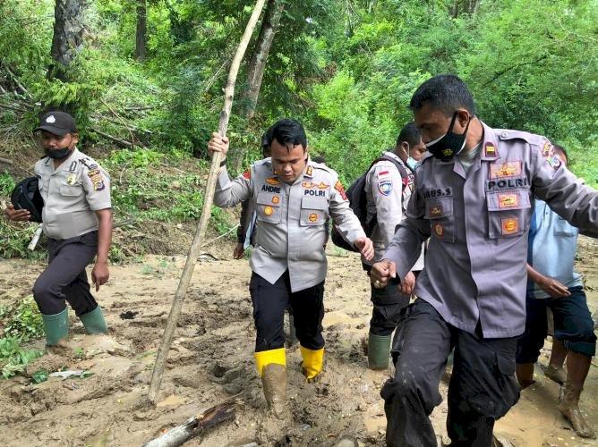 Tak Peduli Dengan Cuaca Extrim, Kapolres TTS Turun Langsung Pantau Lokasi Bencana dan Serahkan Bantuan Di Desa Koa.