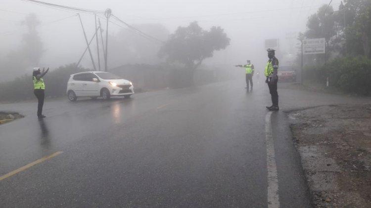 Walaupun Cuaca Tidak Bersahabat, Sat Lantas Polres TTS Tetap Turun Kejalan Gatur Lalin Pagi Demi Memberikan Pelayanan Kepada Masyarakat