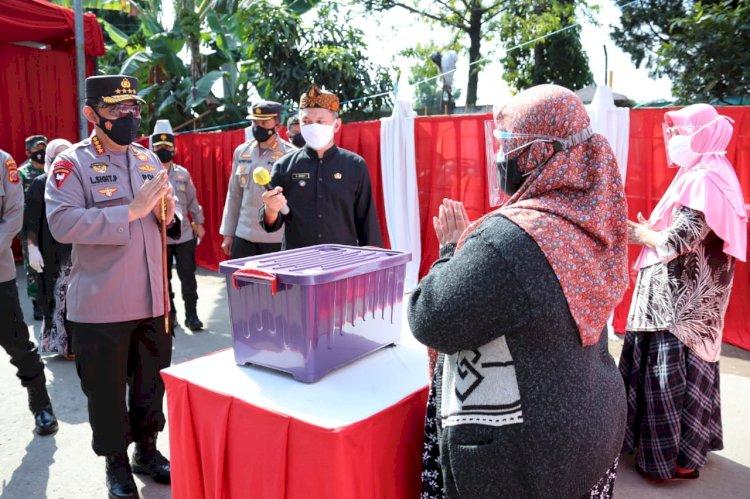 Kapolri Sebar Ribuan Bansos untuk Warga Terdampak PPKM Darurat di Bandung