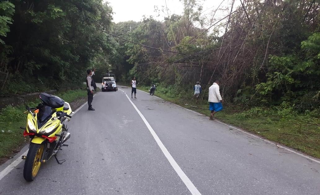 Anggota Polres TTS,  Pam Saat warga bersihkan   jalan