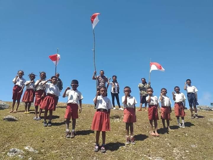 Tumbuhkan Rasa Cinta NKRI, Aipda Adi Ajak Pelajar Kibarkan Bendera Merah Putih Merah Putih Di Puncak Gunung Wisata Alam Alam Ulan TTS