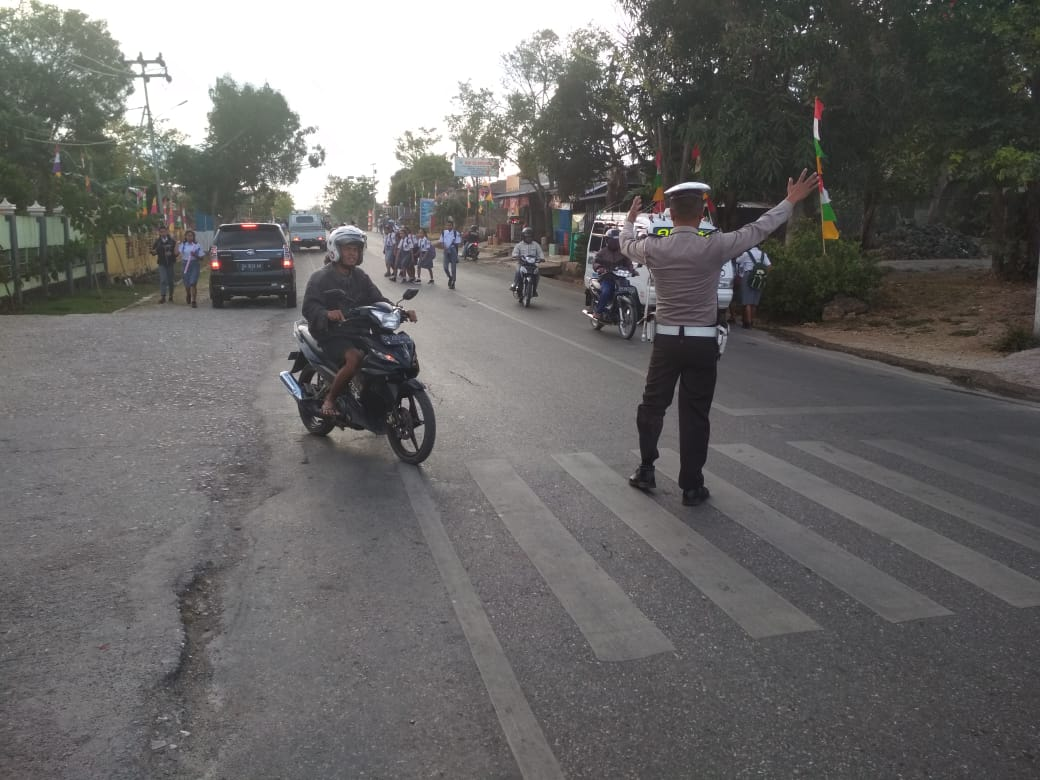 Cegah kemacetan dan  Kecelakaan Lalu Lintas Anggota  Sat Lantas Polres TTS  Melaksanakan Pengaturan Lantas