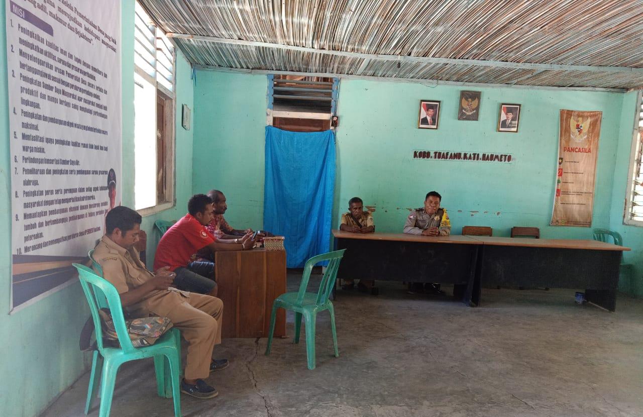 Meningkatkan Kerja Sama Dengan Polri , Bhabinkamtibmas melaksanakan Sambang Ke kantor Desa Tuafanu