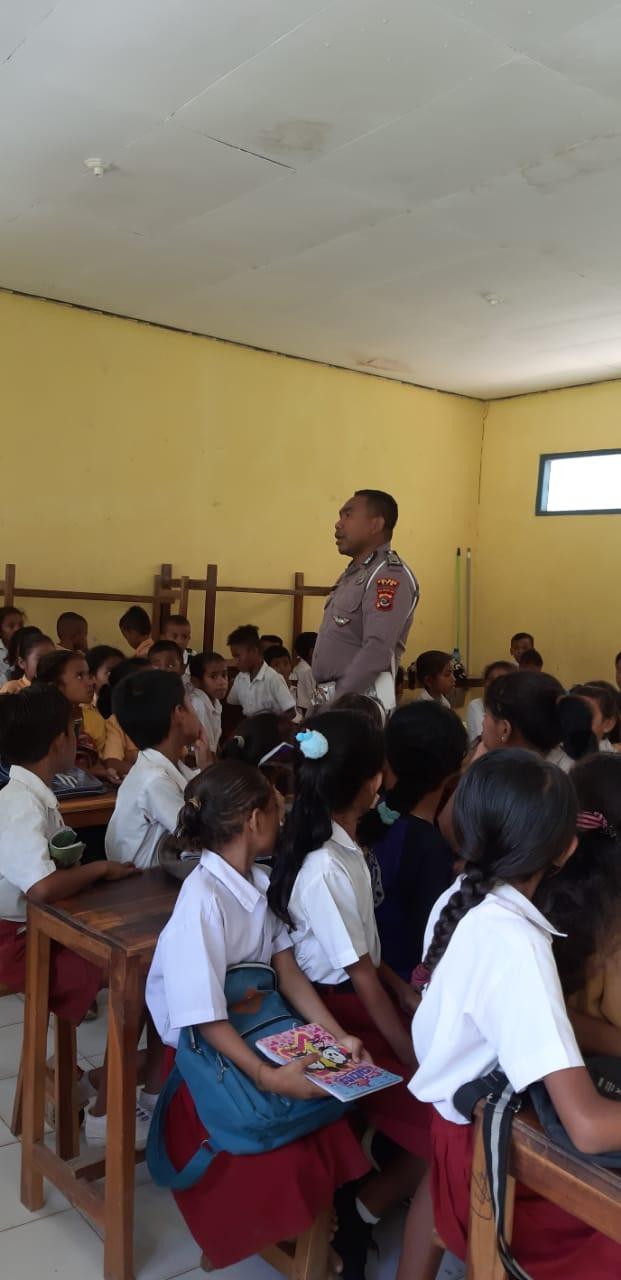 Kanit Dikyasa Sat Lantas Polres TTS Police Go To School di SD GMIT Benlutu