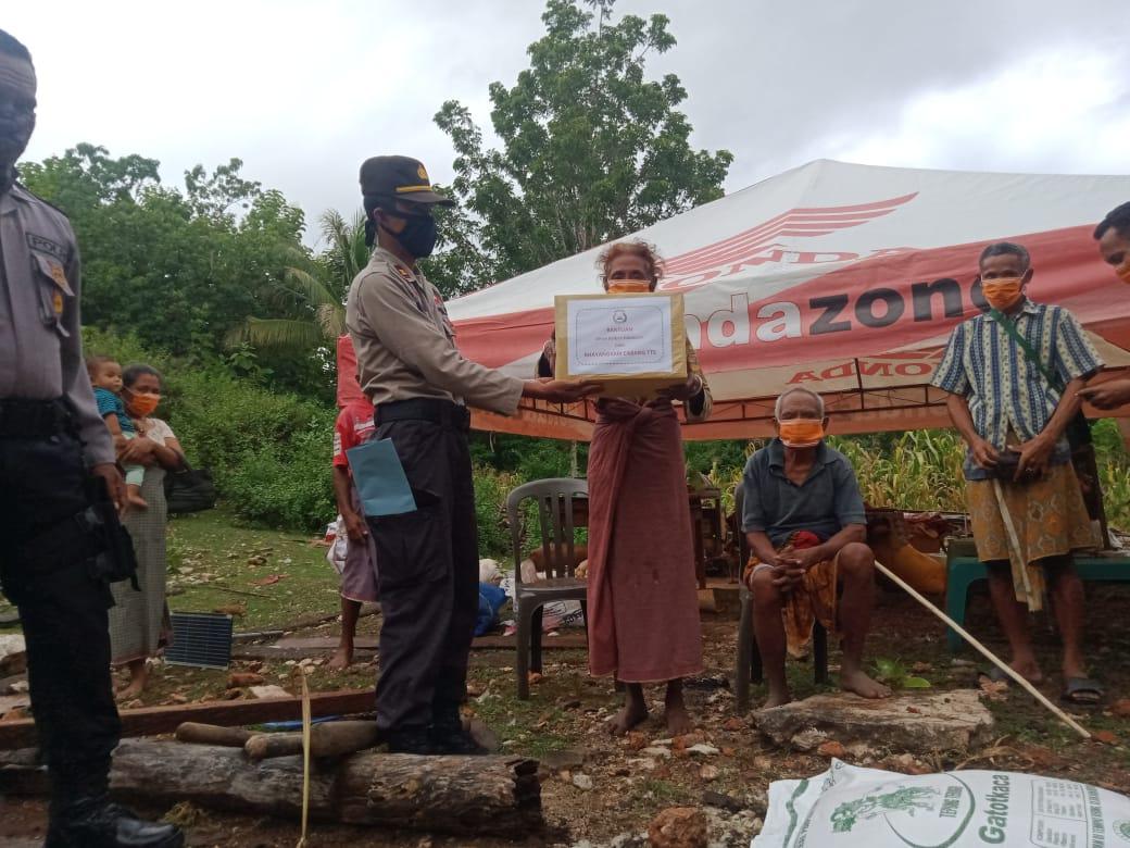 Peduli Korban kebakaran Rumah, Polres TTS Berikan Bansos