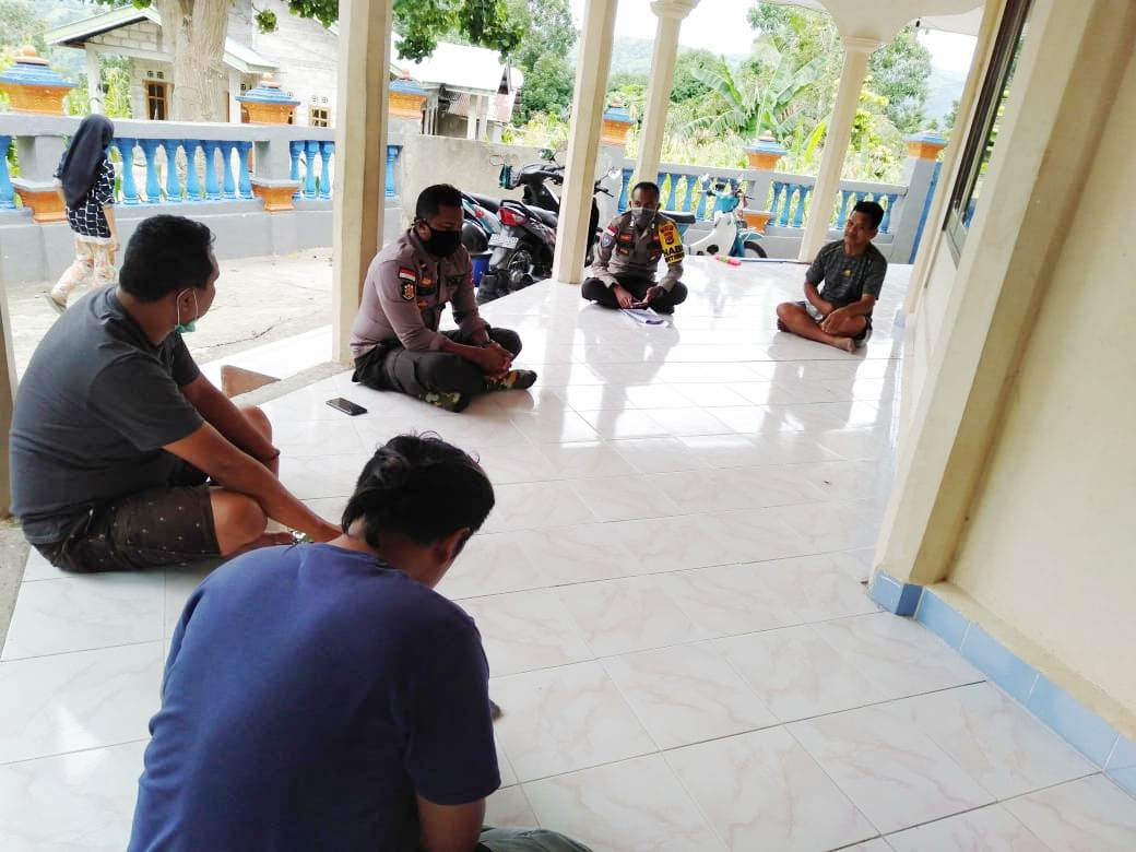 Sambangi Pengurus Masjid, Kapolsek Amanatun Selatan beri Imbauan    serta bagikan Maklumat Kapolri pencegahan Covid-19