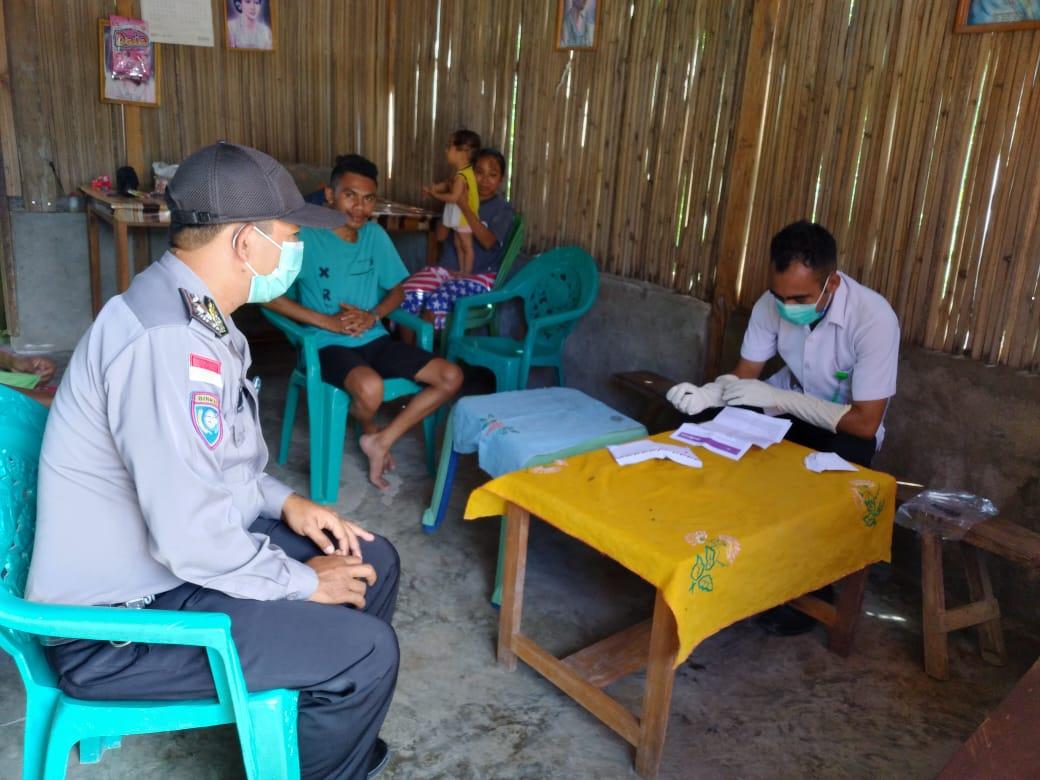 Bhabinkamtibmas  Polsek Kualin  Bersama   Petugas Kesehatan Melaksanakan Pengecekan Warga  Pendatang Baru