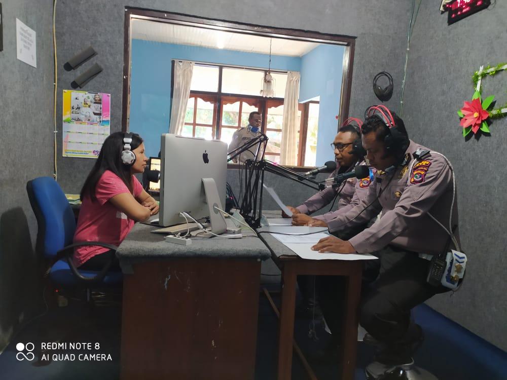 Tribratanewstts.com- Melalui Siaran Radio, Sat Lantas Polres TTS Beri Imbauan  Cegad Covid-19